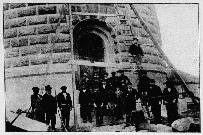 Les ouvriers et le contremaitre au pied du phare