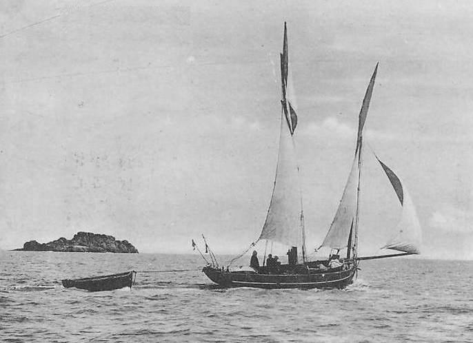Petite bisquine de Cancale armée aux cordes, on voit les bouées à pavillon et le fort canot en remorque, Les cordes étaient mouillée et relevée depuis ce canot