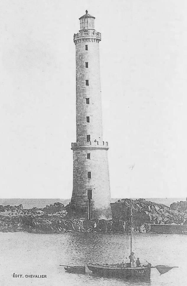 Un petit sloups du quartier maritime de Tréguier, ravitaille et assure la relève des gardiens du phare des Héaux