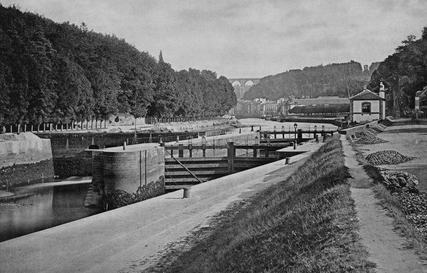Écluse du port de Morlaix photographié par Duclos vers 1867, la rive Est coté Trégor est très boisée, mais le bassin n'est pas dragué de ce coté