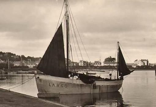 Port de Perros, le bateau de pêche mixte voile et moteur, Général Leclerc, construit en 1947 chez Sibiril à Carantec pour  Paul Craignou, le youyou du Faucon n'était peu être pas plus grand que ce canot