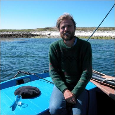 Ile de Bannec, dans le sud d'Ouessant. Août 2006. Per Pondaven prend la pose à bord de son Saint-François. Il aura constitué la cheville ouvrière de la série couvrant la toponymie nautique des côtes du Léon.