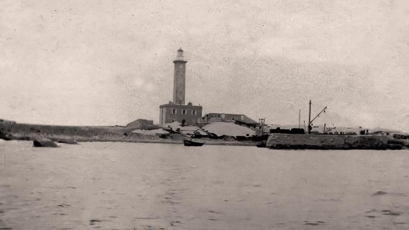 1897 L'ancien phare en service construit en 1845, les travaux du nouveau phare débutent