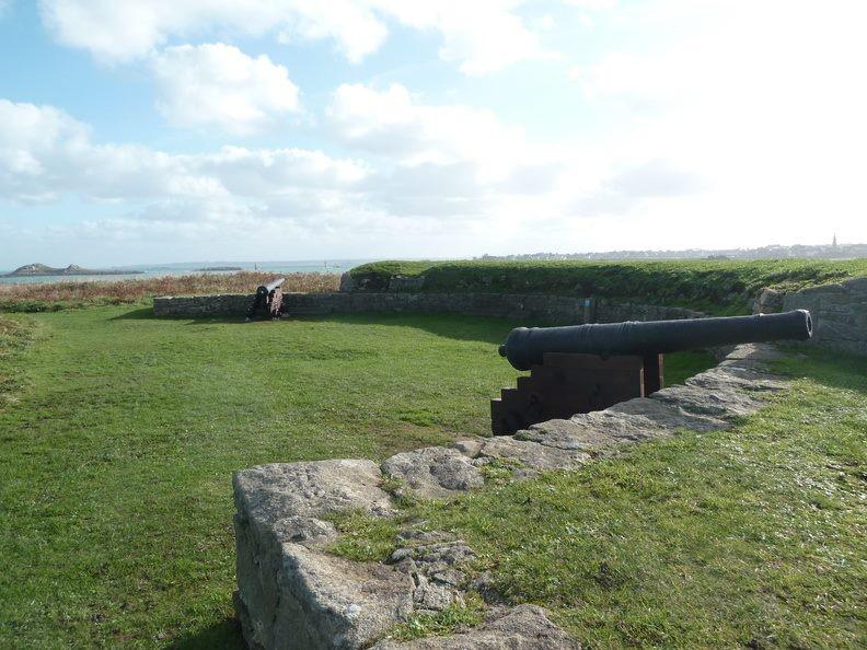 Les deux canons trouvés dans l'ouest du chenal ont été installés dans la batterie restaurée