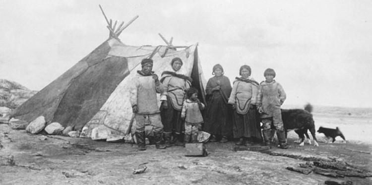 Campement d'inuits en été, les toiles à voile ainsi que les filets de pêche comme les sennes présentaient pour eux, un grand intérêt