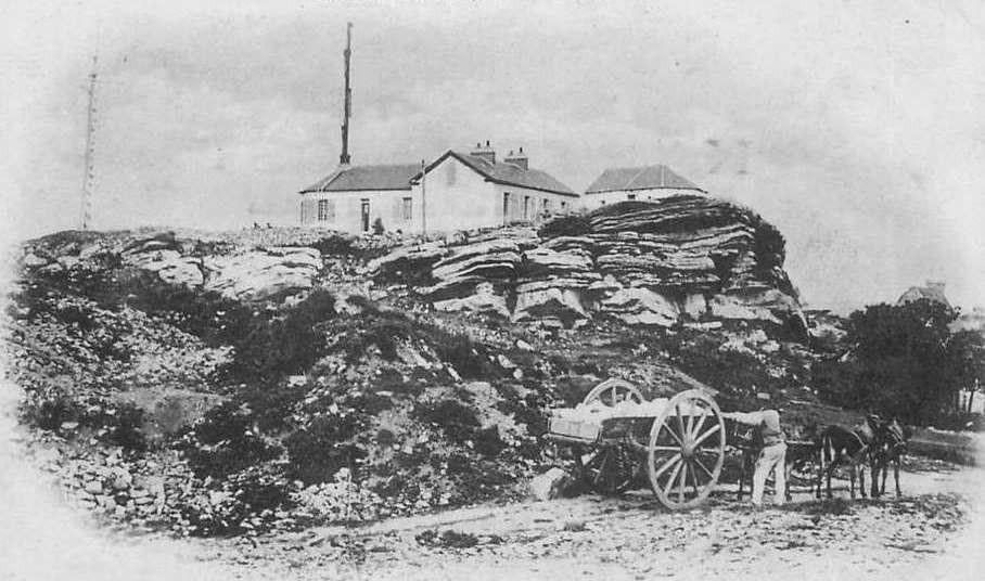 Le sémaphore d'Erquy est en haut des falaise de grès à proximité des carrières