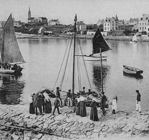 La cale de l'île aux moutons était déjà le point de débarquement principal des bateaux de passage à l'île de Batz, les sloups sont bien chargés de passagers sur cette photo prise vers 1920