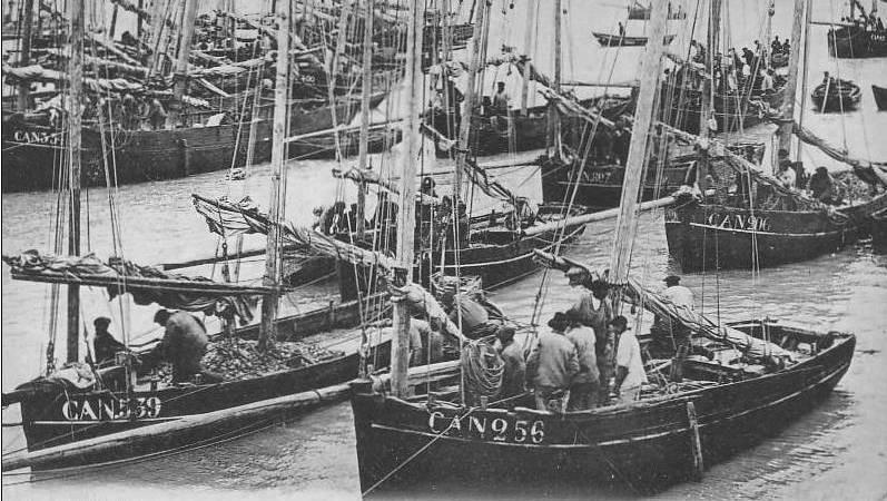 Les petites bisquines jettent leur pêche.  La bisquine Laboureur CAN539 construite en 1870 à Paimpol , chargée à bloc et la bisquine D.O.G.  CAN256 à Gilles Derrien construite en 1881 à la Landriais