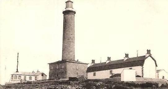 Le phare vers 1900 vu du sud-ouest à droite le vaste logement des gardiens à gauche le premier sémaphore de l'île de Batz
