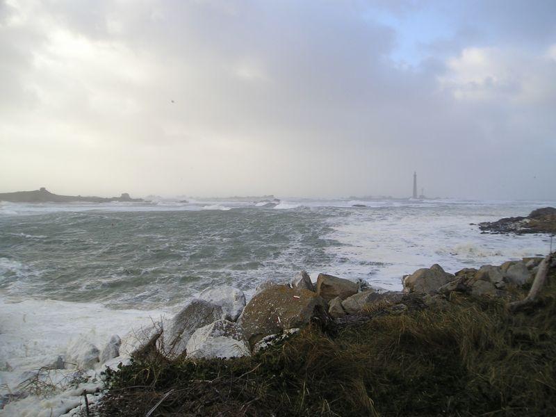 Tempête à  Lilia Plouguerneau,le 9 novembre 1927  le capitaine Coadou par temps bouché  n'a pas vu ni  reconnu le phare de l'île Vierge pour l'éloigner à temps de  cette terrible côte