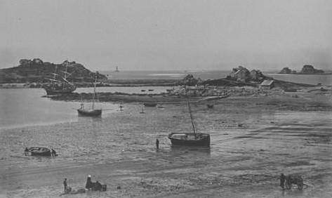 Magnifique photo du port d'argenton  faite par Duclos en 1873, un brick de cabotage est au mouillage à l'entrée du port , les deux bateaux à l'échouage sont peut être des gabares  pour le transport des pierres du phare visible au milieu de la photo