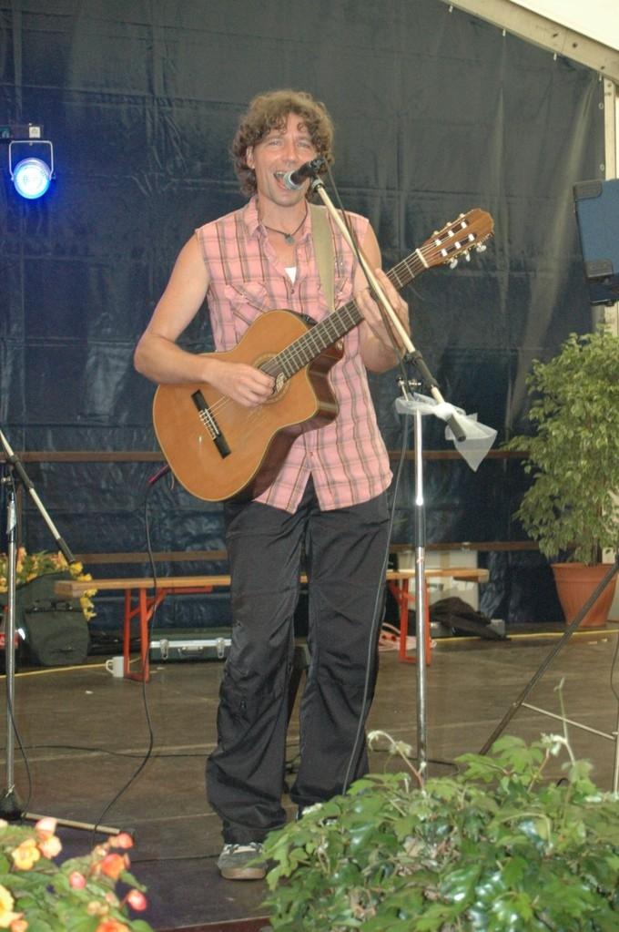 Raoul: Gesang, Gitarre, Sax, Percussion