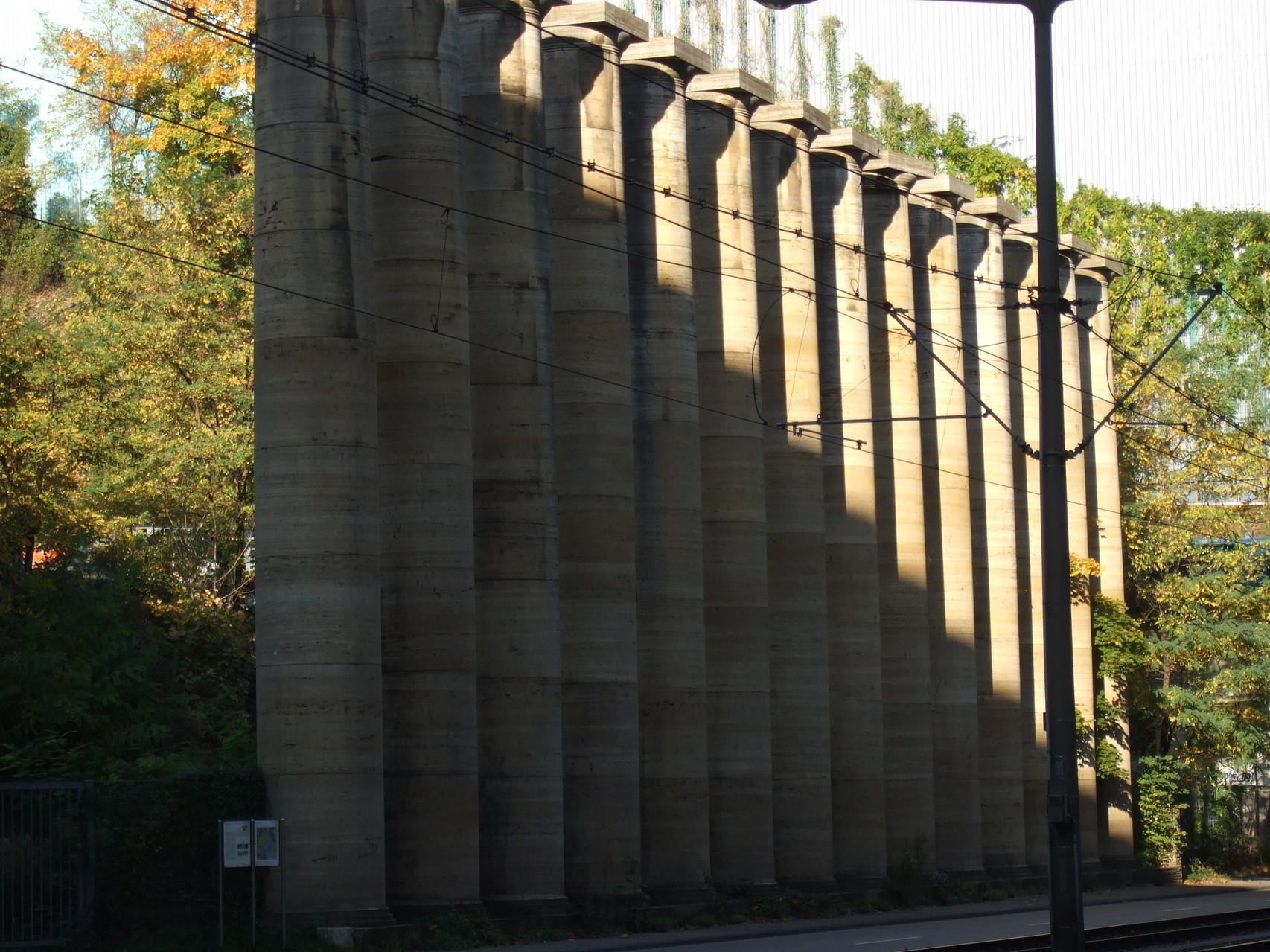 Spuren des 3.Reichs - die Travertinsäulen am ehemaligen Steinbruch Lauster