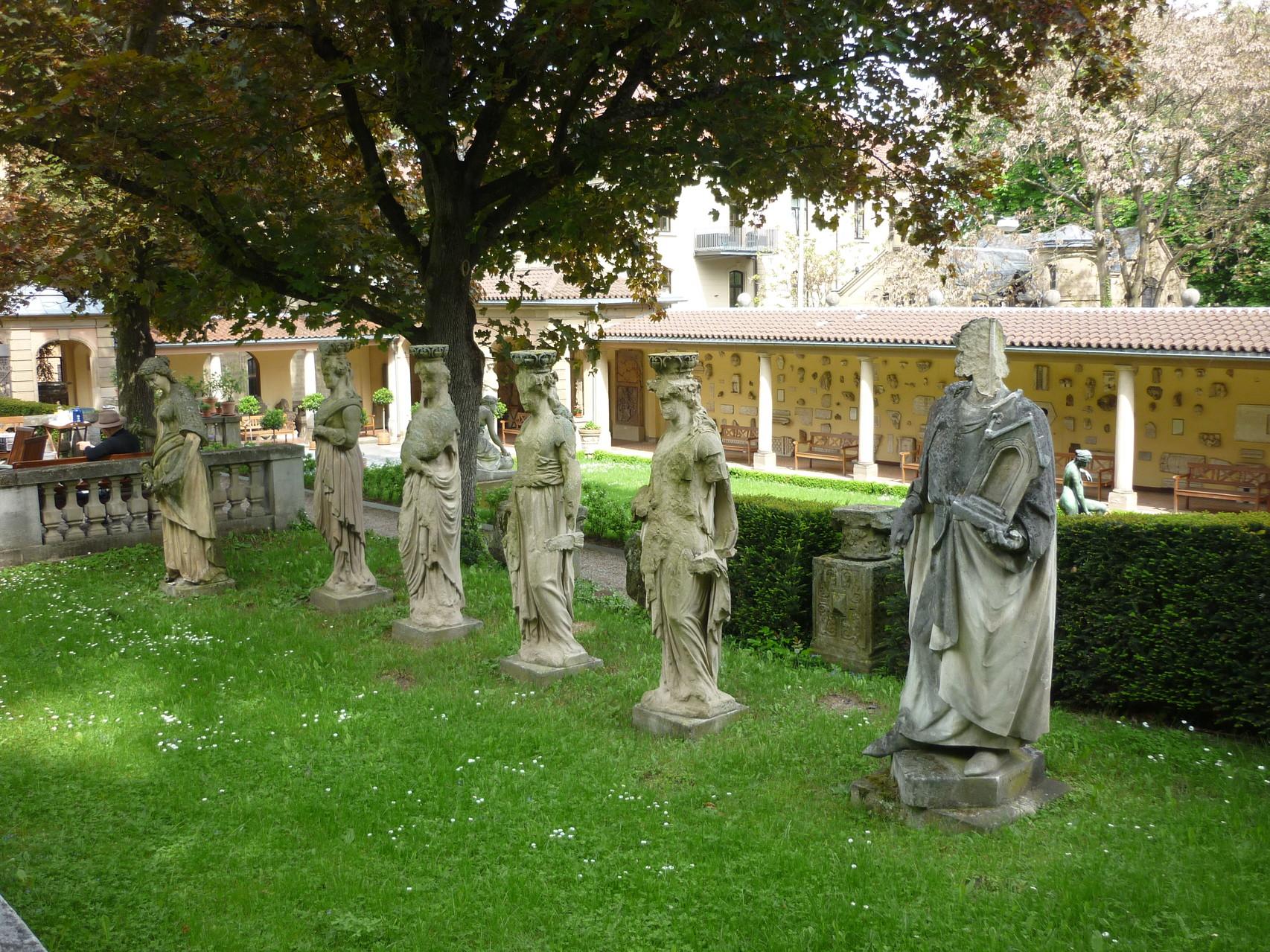Das Lapidarium im Garten der Villa Ostertag-Siegle (Geschichte: Die wechselvolle Geschichte des Bebenhäuser Hofs).