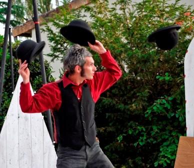 Boris Lévèque, numéro de jonglerie chapeaux