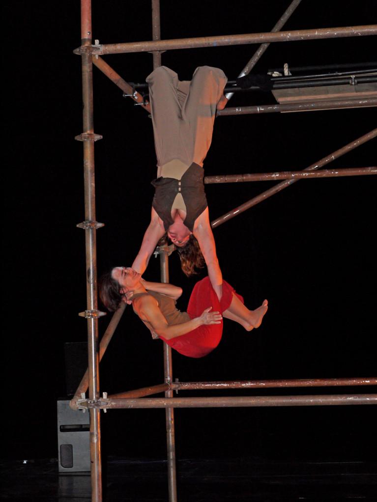 """""""est ce que tu m'aimes?"""" duo de théâtre et cirque"""