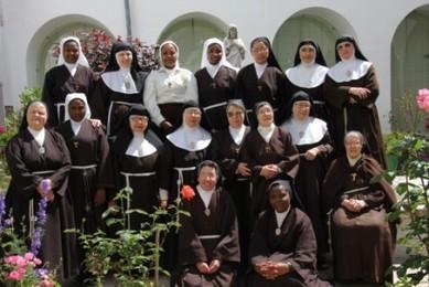 Hermanas de Comunidad en el patio central del Monasterio
