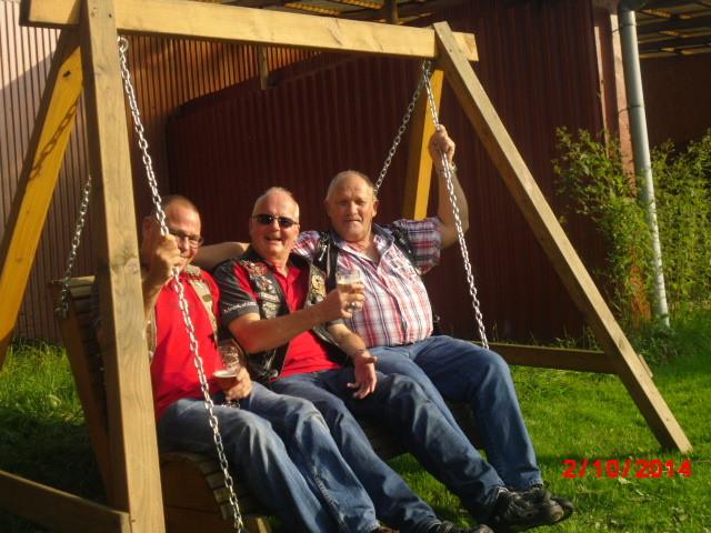 Die drei Männer auf der Bank zwischen den Ketten