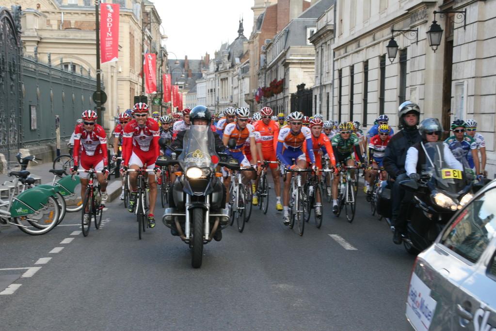 Le peloton rue de la Répubique à Amiens (©PhS-GP de la Somme 2010)