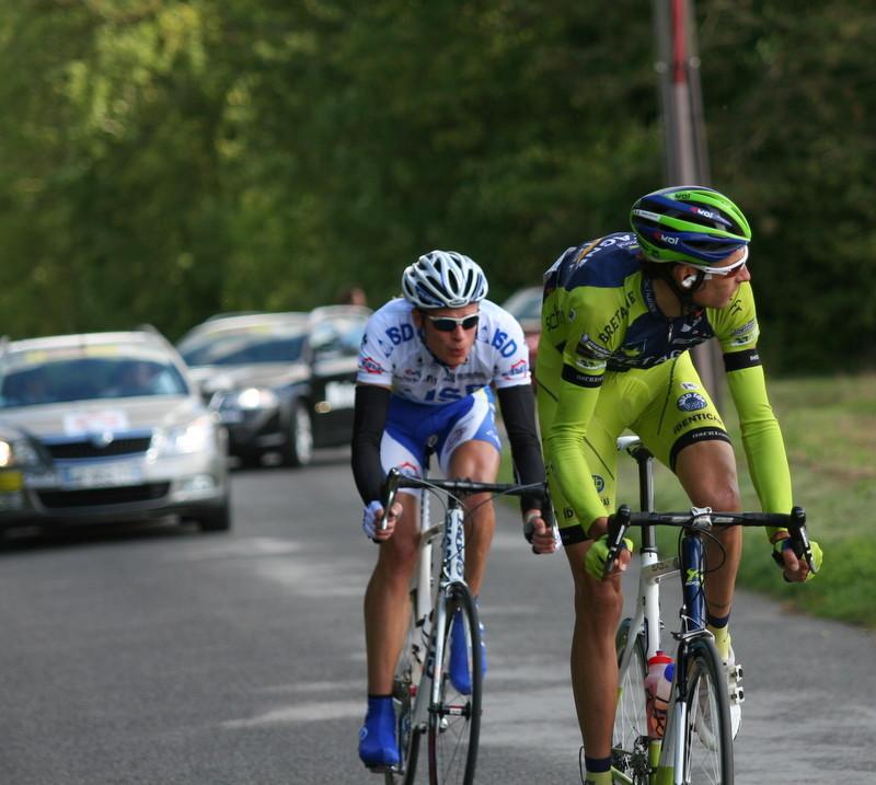 L'échappée du jour -145km- avec Florian GUILLOU (Bretagne Schuller) et Indulis BEKMANIS (ISD Continental) (Photo Pascal LINGET Photos-cyclisme-pro)