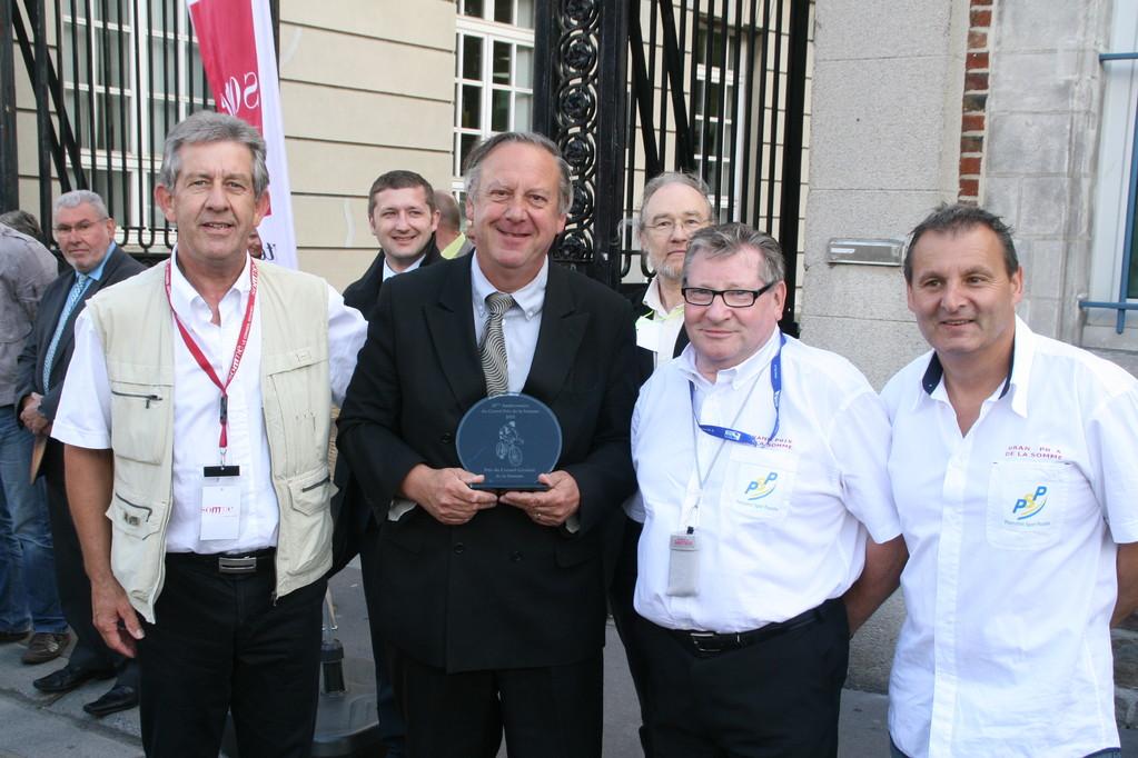 Remise du souvenir 25ème édition au Président MANABLE (©PhS-GP de la Somme 2010)