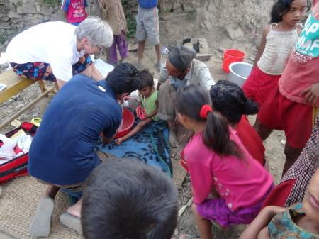 """© mn """"Behandlung eines Kindes in den Bergen"""""""