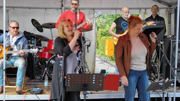 """Mit Hits von Vaya Con Dios sorgten die """"Sympattics"""" aus Schenefeld für Party-Laune. (Foto: Heiderhoff)"""