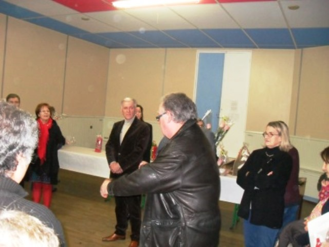 remise des prix par le Président du comité local de Jardinot