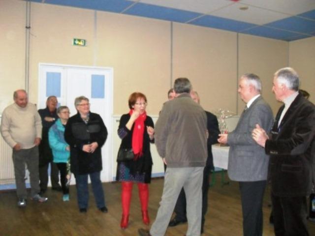 M. le Maire félicite Denis Topenot pour la médaille du mérite agricole