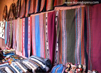 telares de Chincheros tejiendoperu