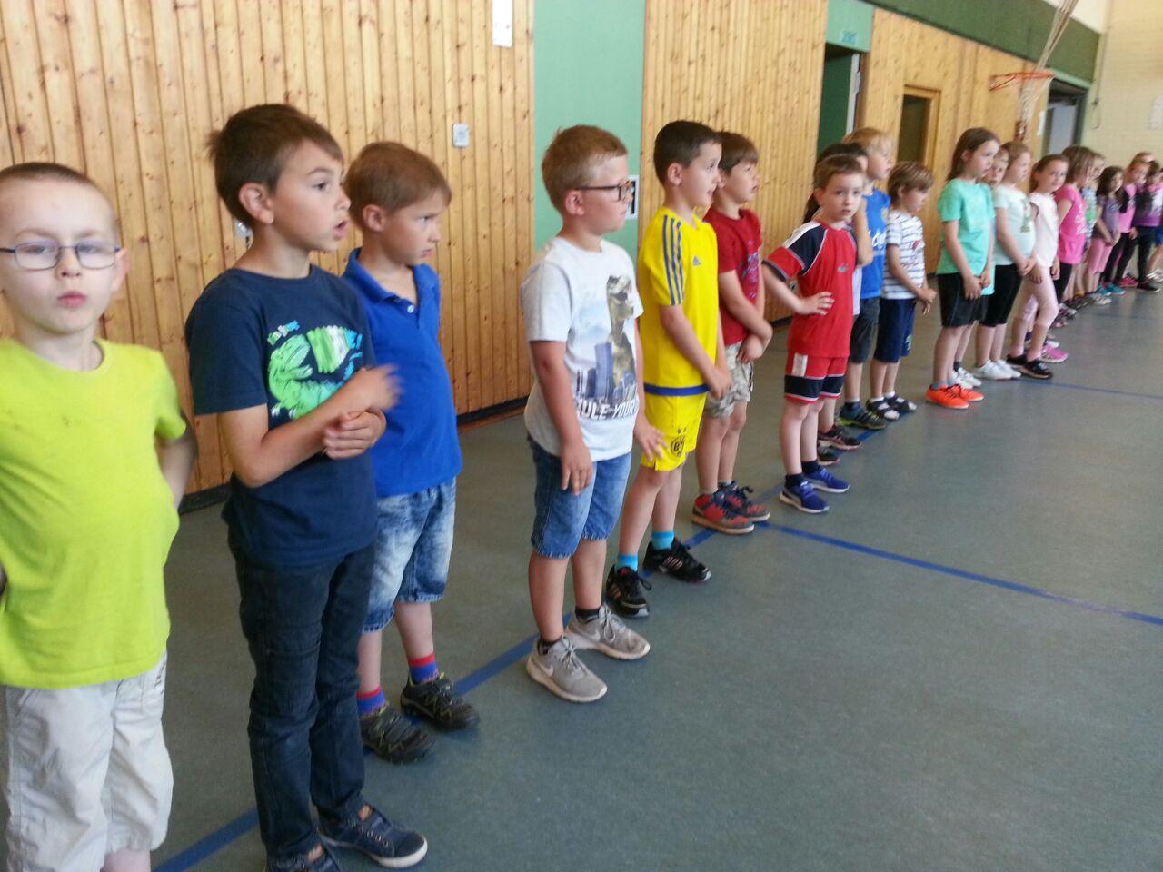 Kinder sind gespannt auf die erste Übung .....