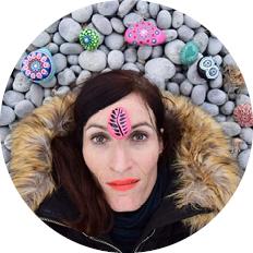 Lea, Kursleitung Mandala Steine malen Workshop im Raum der Achtsamkeit in Rupperswil bei Aarau