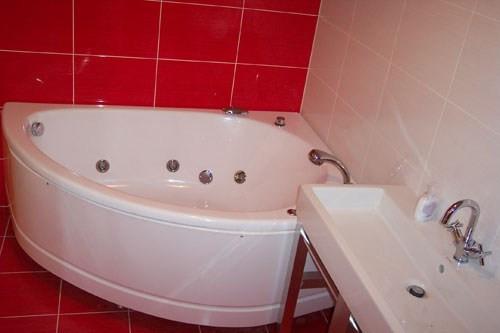 Badewanne und Waschbecken