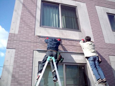 壁面看板を固定するうえのL型アルミアングルの位置を決める