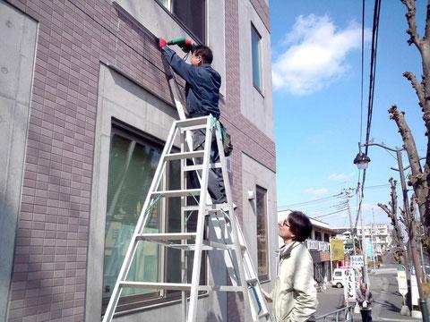 壁面看板を固定する上のL型アルミアングルの取り付け