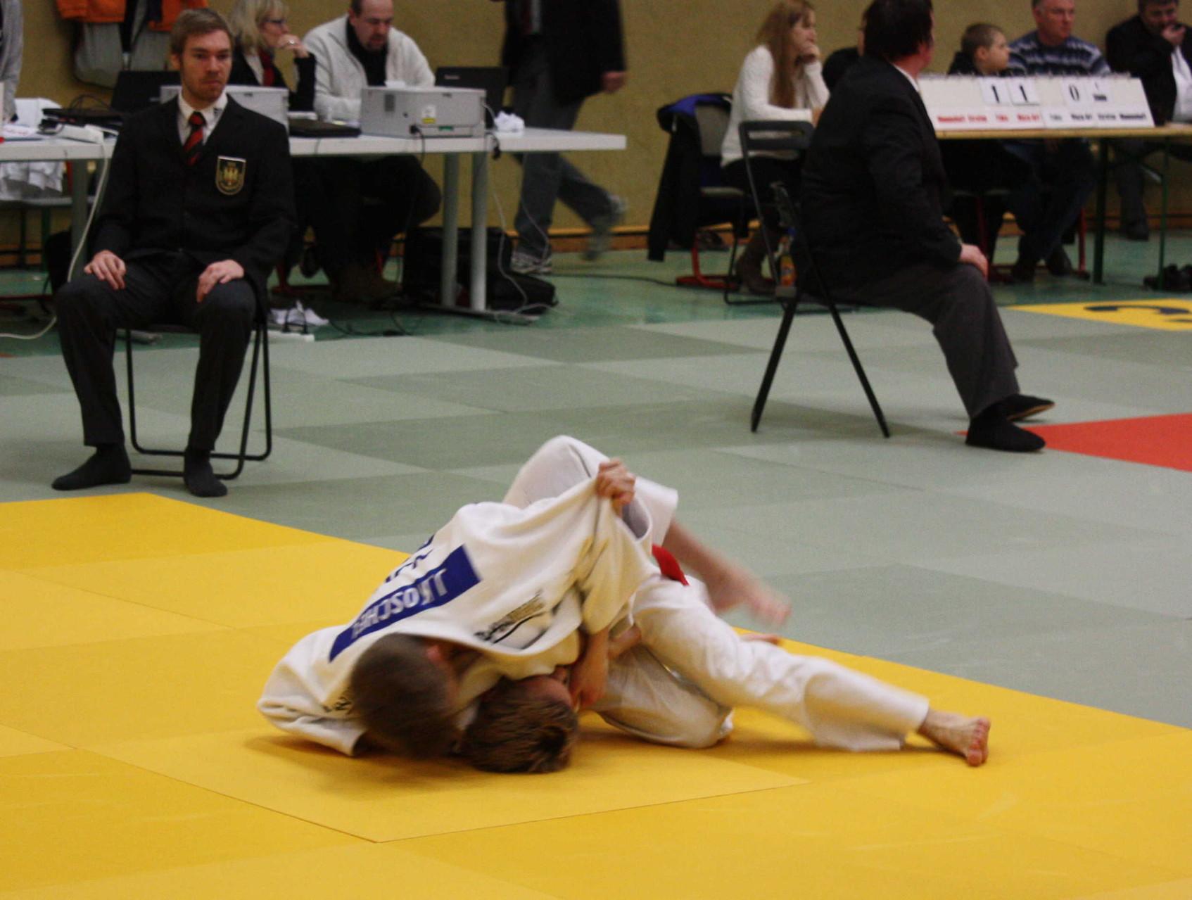 Johannes Koschel (oben) hält seinen Gegner sicher im Haltegriff