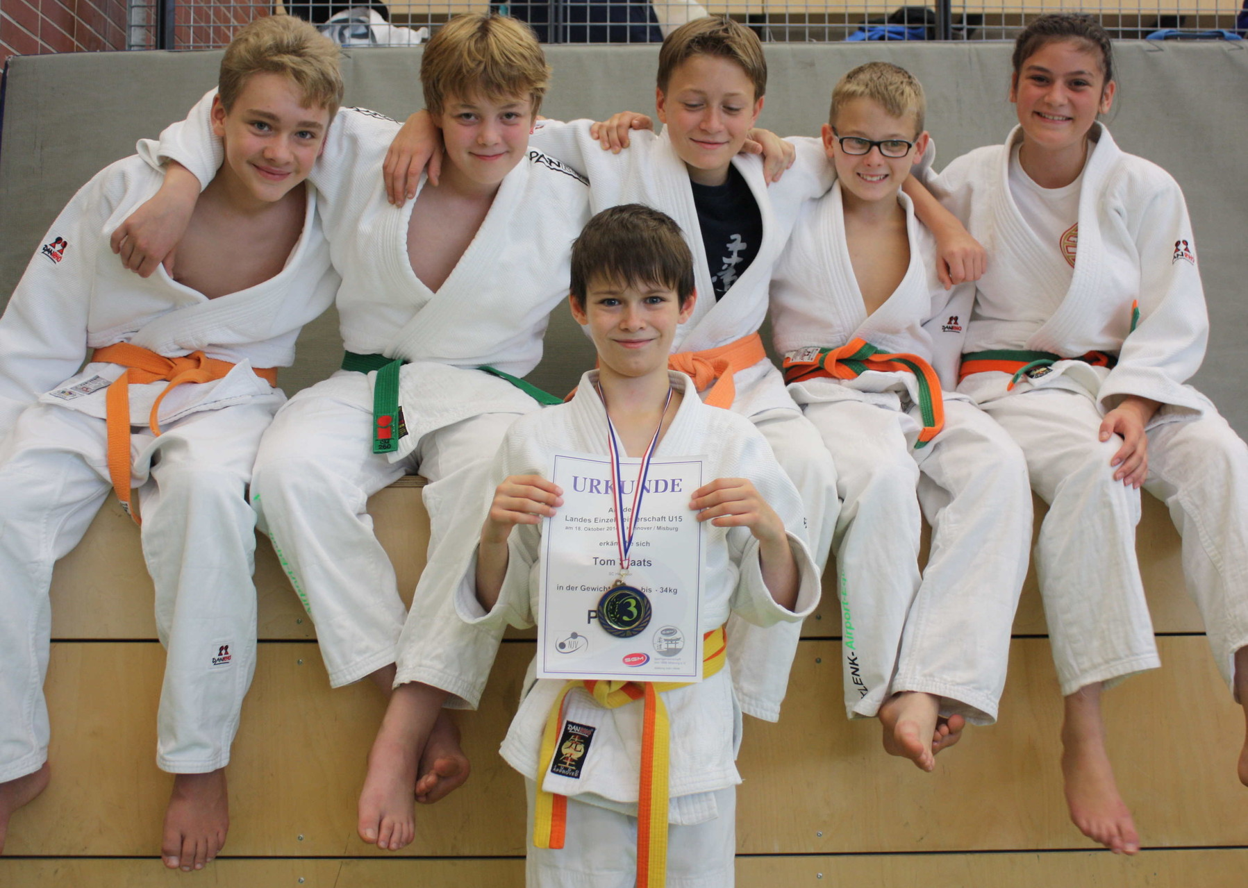Tom Staats mit Medaille und die Vereinskameraden von li. Ole Surkus, Vincent Förster, Kolja Pätzold, Daniel Gardt und Tessa Dobrocky.