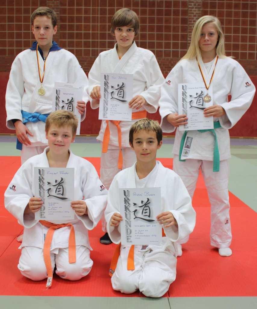 Die erfolgreichen Judoka vom SC Hemmoor Von li: Bengt Schulz, Tom Böhling, Chiara-Sue Pätzold Kniend von li: Vincent Förster, Raziel Busse