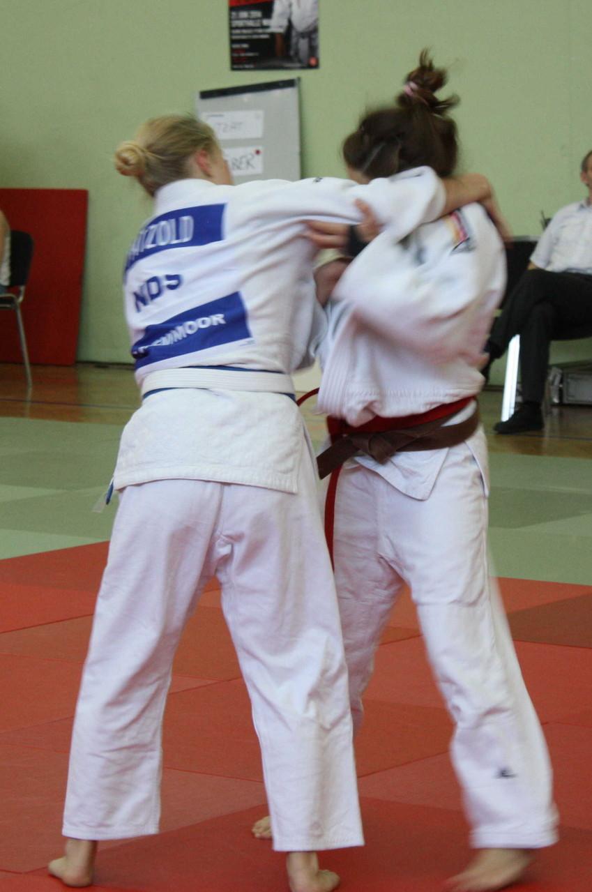 Chiara-Sue Pätzold nimmt den richtigen Griff auf, um die Gegnerin erfolgreich zu werfen.