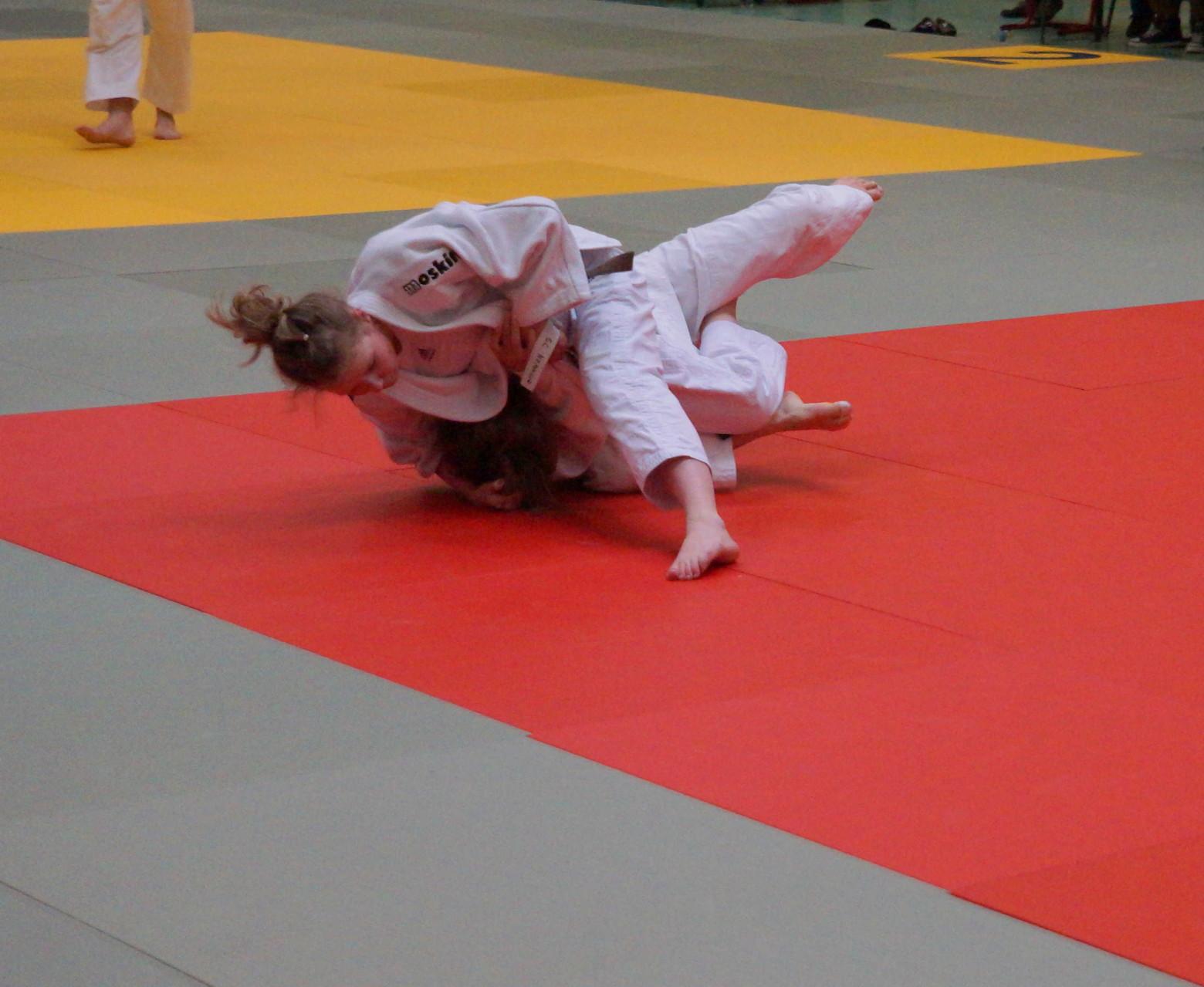 Berit Schulz (oben) nach gelungenem Uchi-Mata-Wurf im Halbfinale