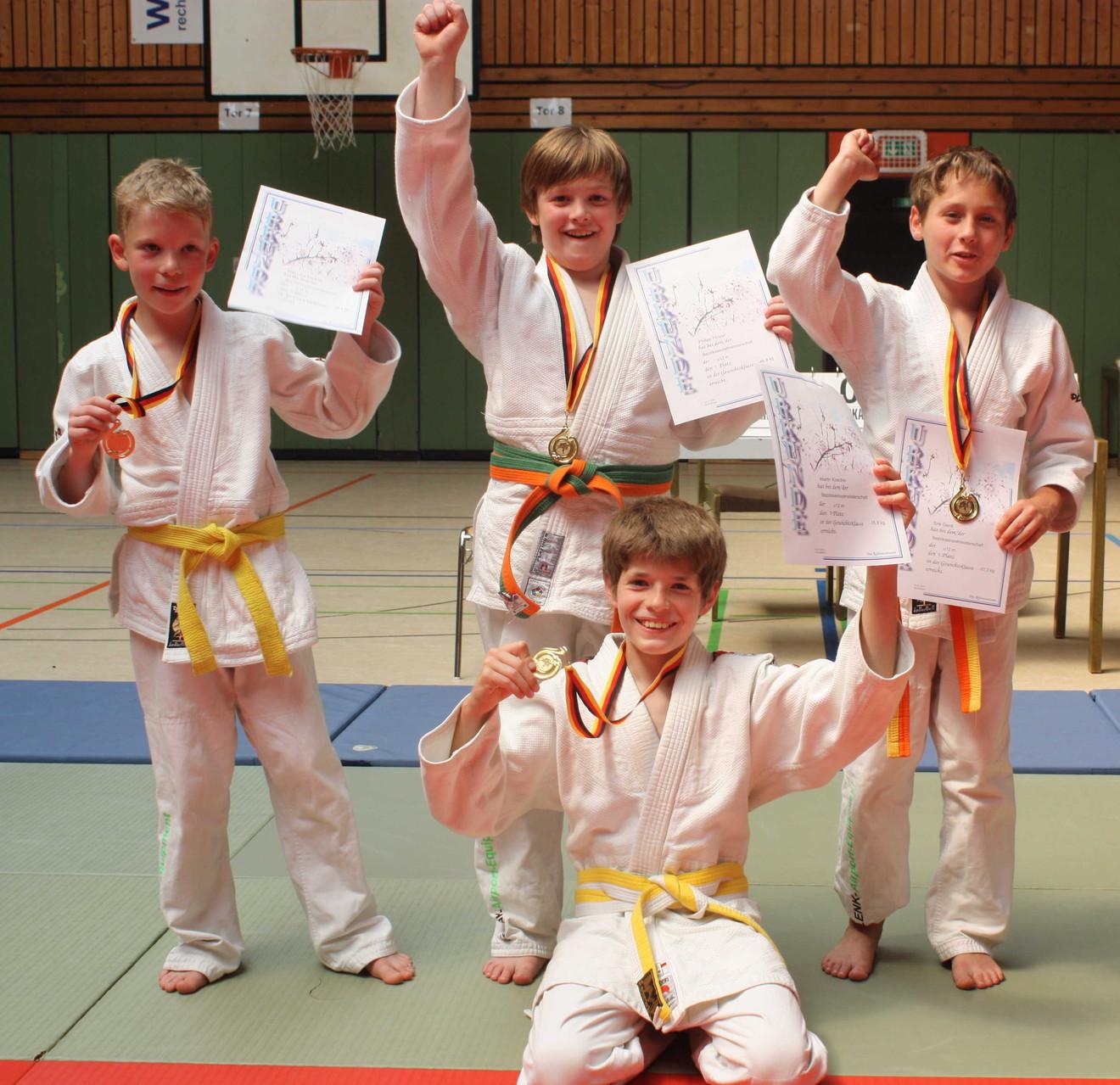 Die siegreichen Vier: von li. Kjell Peukert, Philipp Förster, Erik Gardt, kniend Martin Koschel (Shakira Blanck fehlt auf dem Bild)