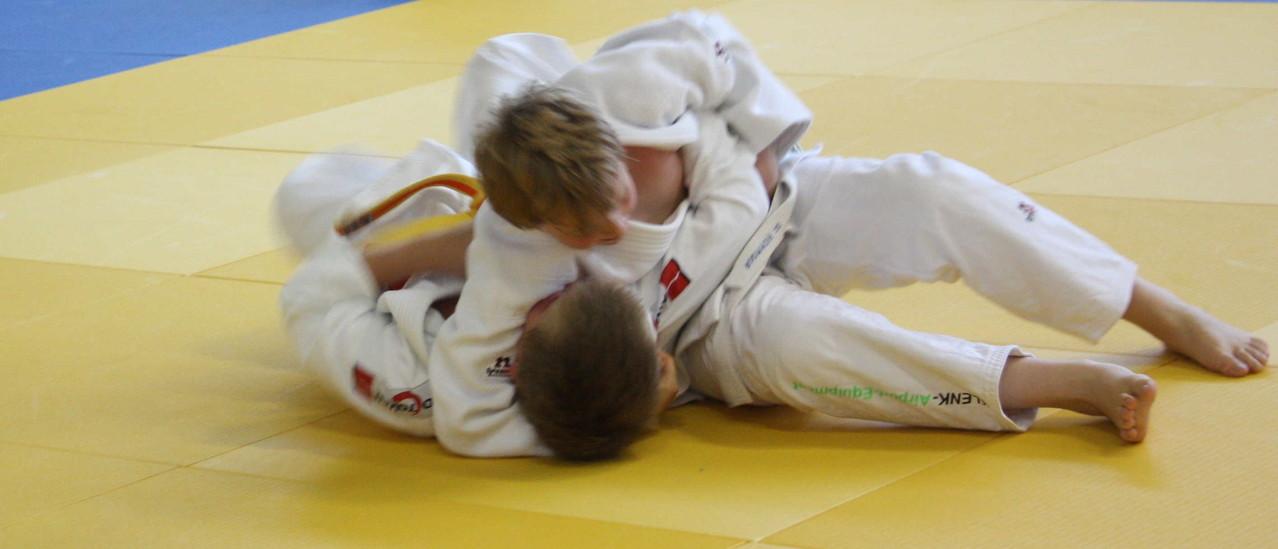 Vincent Förster (oben), hat seinen Gegner fest im Griff.