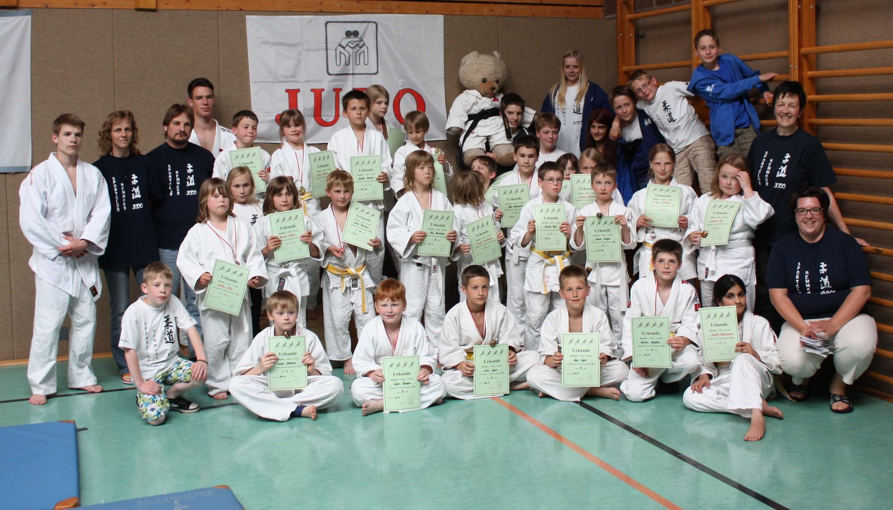 Alle Judoka vom SC Hemmoor mit den Helfern.