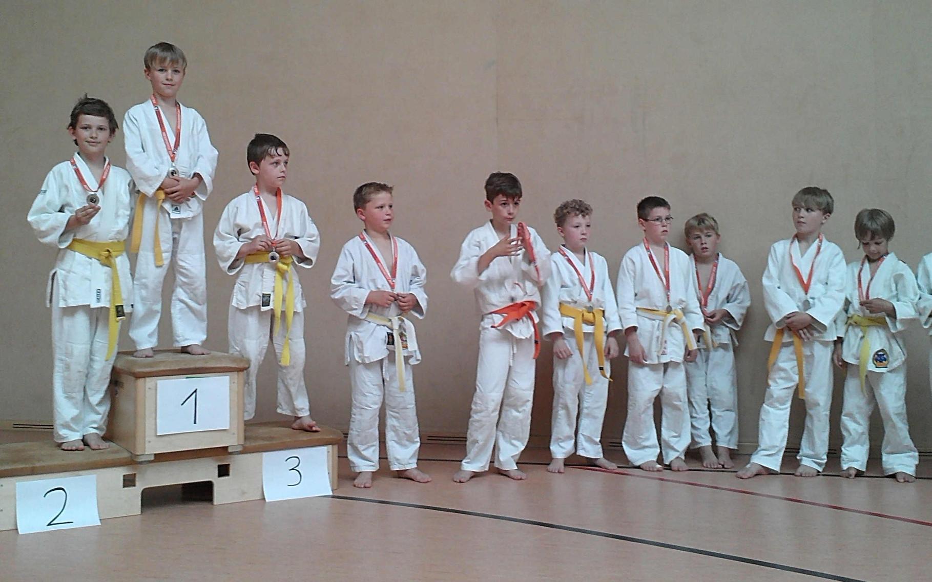 Die Jungen freuen sich über die Medaillen, u.a. Platz 3 für Andreas Hinkel-