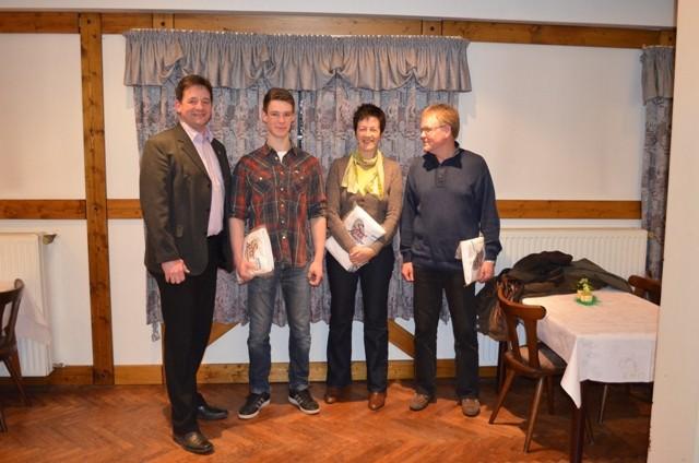 Ehrung der Sportler für ihre besonderen Leistungen (v.Li: Thorsten Nagel, Björn Griemsmann, Bärbel Lühmann (stv. für Bengt Schulz) und Samy Pramorhulz nahm Bärbel Lühmann das Präsent stv. entgegen)