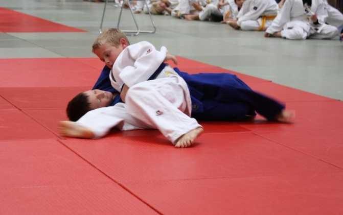 Daniel Gardt hält seinen Gegner sicher im Haltegriff auf dem Weg zur Silbermedaille