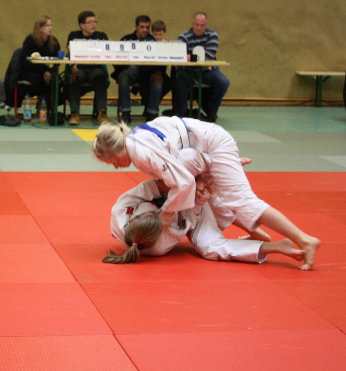 Chiara-Sue Pätzold (oben) wirft ihre Gegnerin auf den Rücken