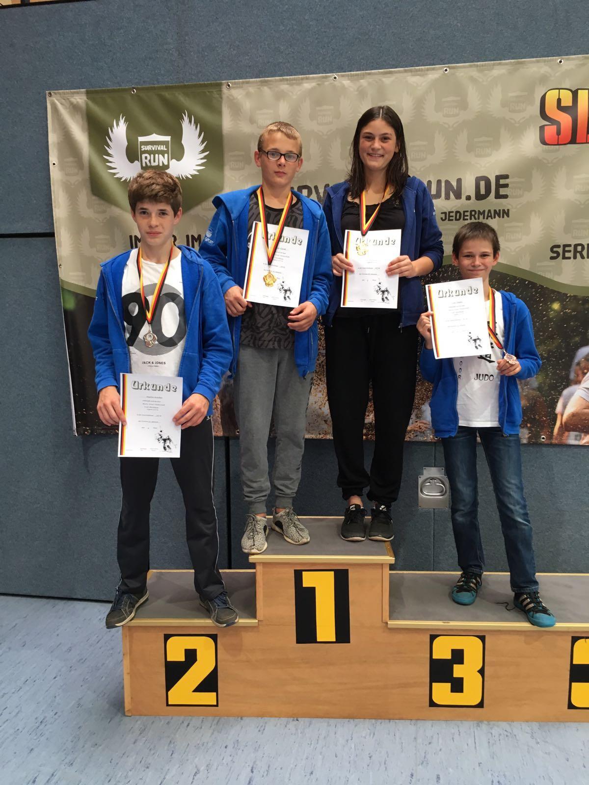Die Platzierten der Bezirksmeisterschaft U15: Martin Koschel, Daniel Gardt, Tessa Dobrocky und Tom Staats.
