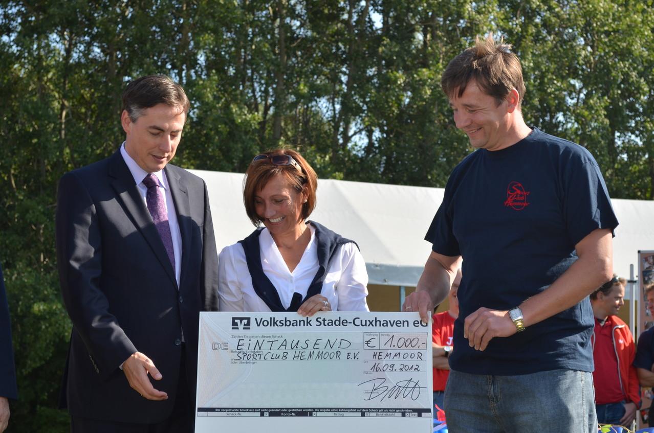 Ein Scheck von der Volksbank Stade-Cuxhaven für den SC Hemmoor