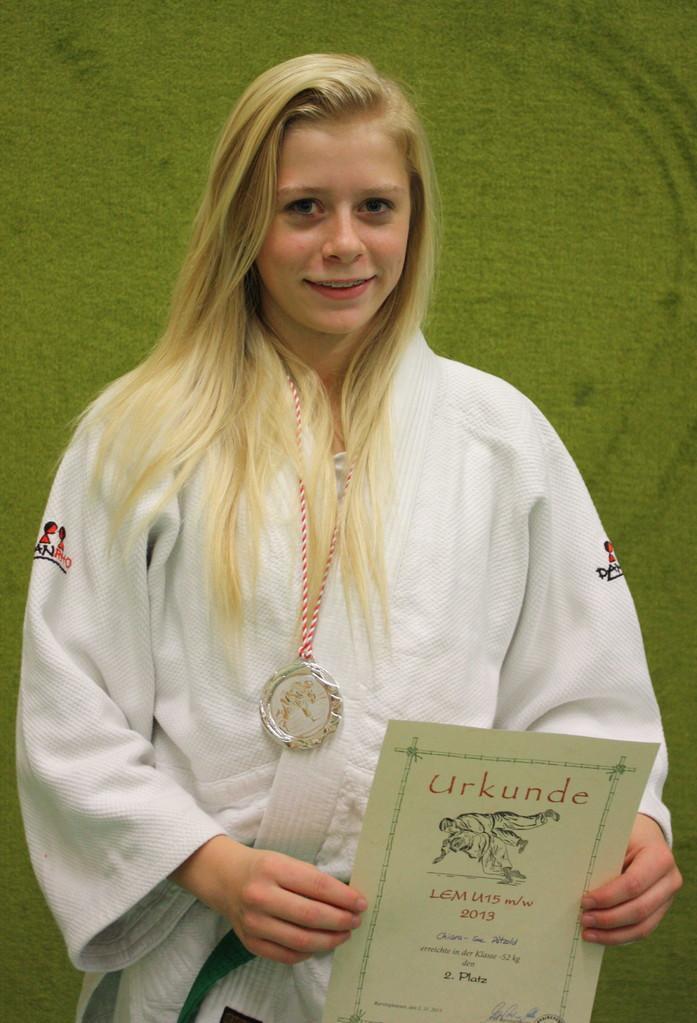 Chiara-Sue Pätzold mit der Silbermedaille für den Landes-Vizetitel